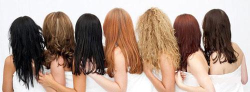 женщины красят волосы