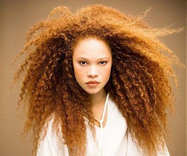 прически на волнистые волосы