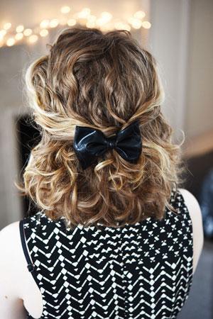 простая прическа на волнистые волосы