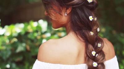 летняя прическа с цветами